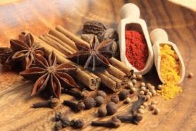 10397822-ingredients-de-cuisine-batonnets-de-cannelle-piment-clou-de-girofle-et-anis-etoile.jpg